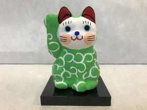8号サイズ 和柄招き猫「唐草」 黄緑 右手挙げ